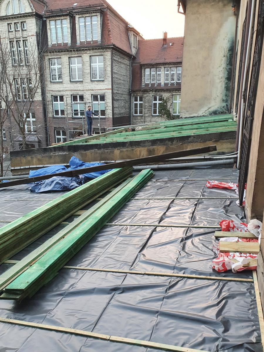 25.02.2021 - Remont dachów nad kaplicą i zakrystiami. Postęp prac.