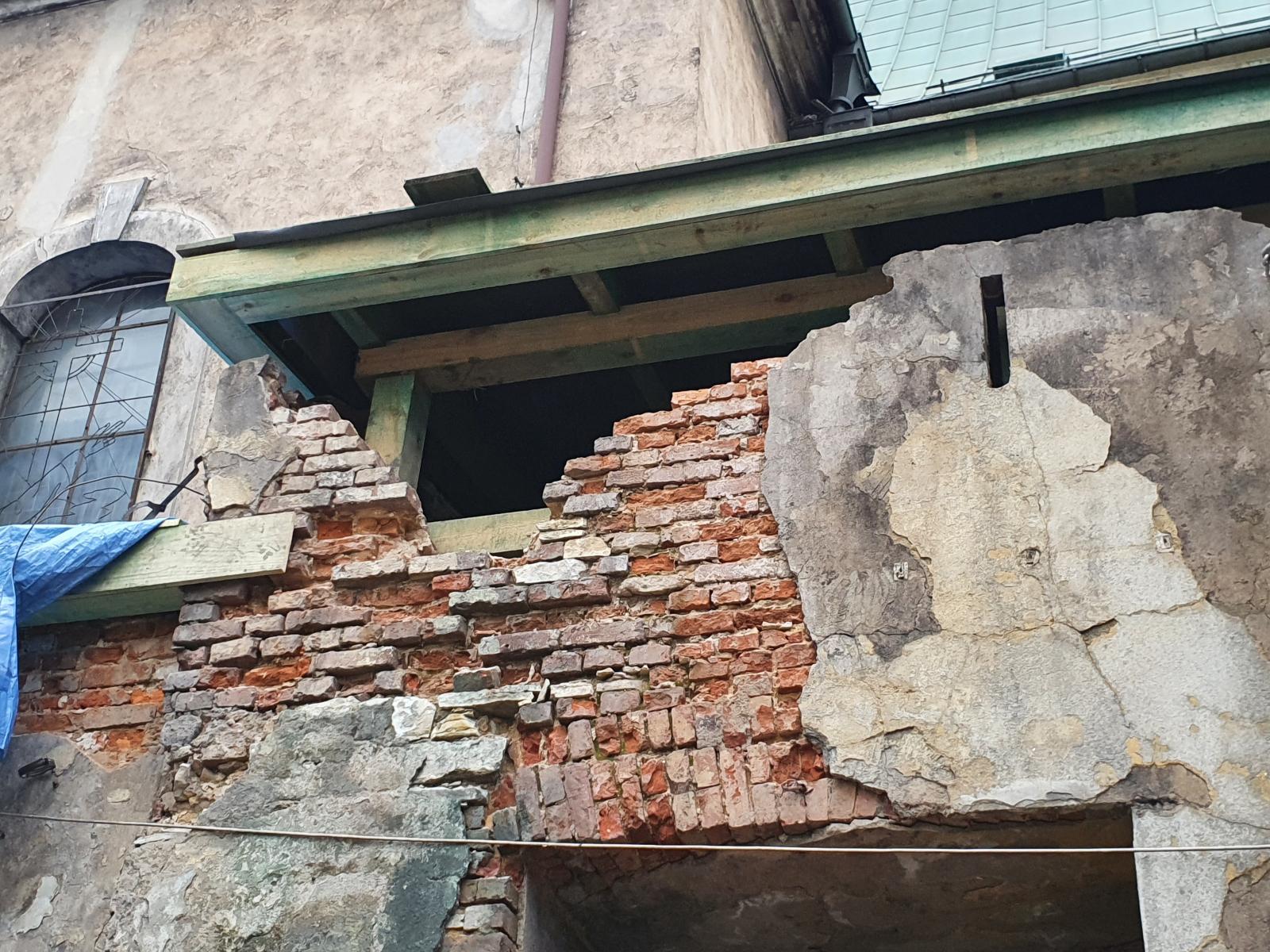17.03.2021 - Remont dachów nad kaplicą i zakrystiami. Dalszy postęp prac.