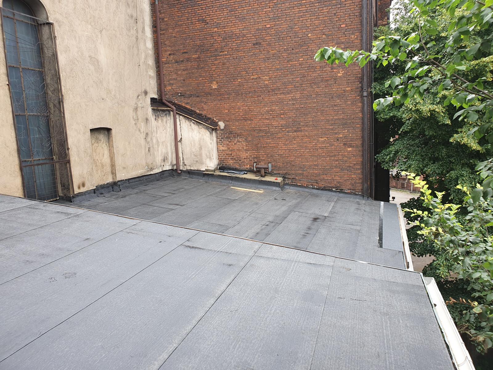 9.07.2021 - Remont dachów nad kaplicą i zakrystiami. Ciąg dalszy prac.